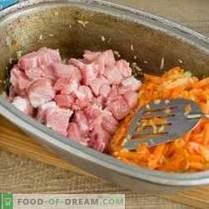 Heerlijke pilaf met varkensvlees in een eend op het bord