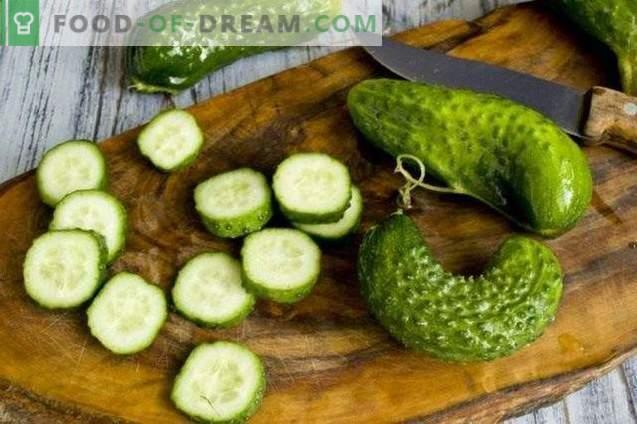 Salade van ingemaakte groenten met chili en mint voor de winter