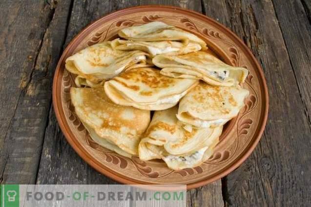 Franse pannenkoeken. Dunne pannenkoeken met pruimen en wrongel