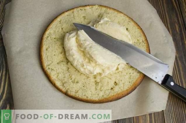 Zelfgemaakt biscuitgebak met griesmeelcrème