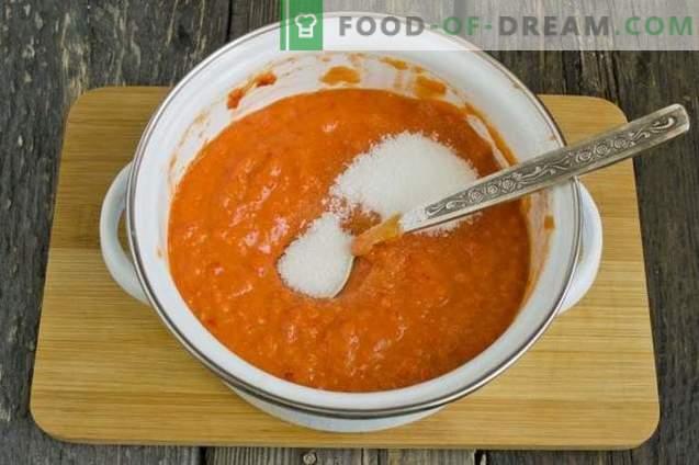 Zelfgemaakte ketchup gemaakt van verse tomaten en paprika's