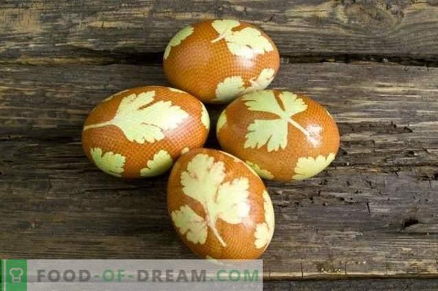 Beschilderde eieren voor Pasen, versierd met peterseliebladeren