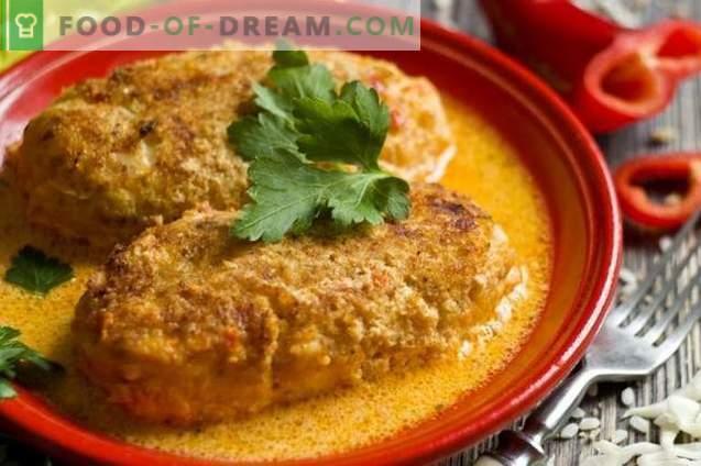 Luie kool rolt in de oven met rijst en kip in tomatensaus