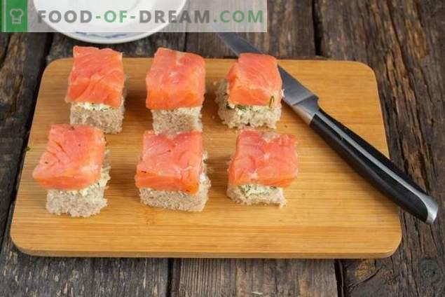 Canapés con salmón para una mesa de buffet festivo