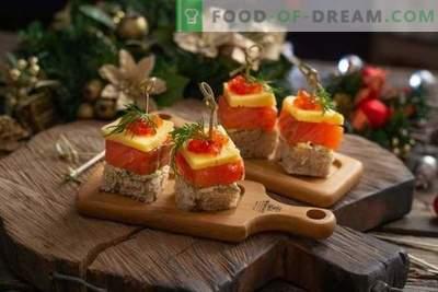 Canapés com salmão para uma mesa de buffet festiva