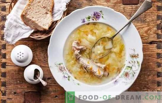 Lente-folkmenu - zuurkoolschotel. Koken van vis, vlees, champignons en magere soep met zuurkool