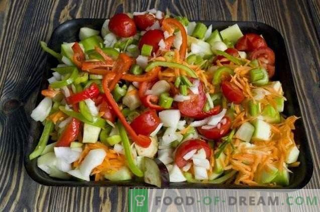 Stoofpot van groenten gebakken op een bakplaat
