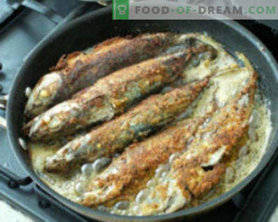 Makreel koken in een braadpan. Fried Mackerel