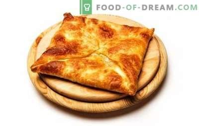 Gebakken en gebakken bladerdeeg khachapuri. Kaukasische delicatessen in ons menu - khachapuri van bladerdeeg met kaas