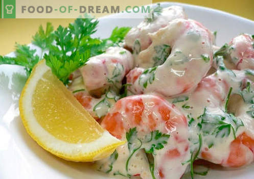 Krabssalade met garnalen - een selectie van de beste recepten. Hoe goed en lekker gekookt krab salade met garnalen.