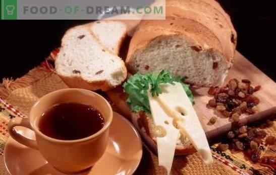 Recepten voor wit en roggebrood met rozijnen voor de oven en broodbakmachine. Traditionele nationale gebakjes - brood met rozijnen