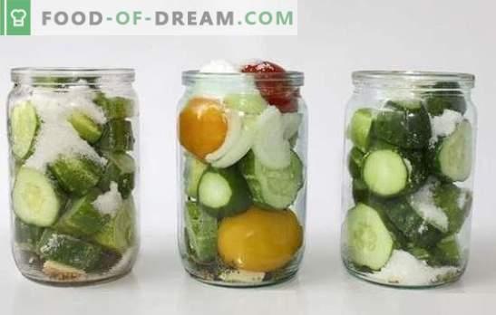 Komkommer salade met uien voor de winter is populair, geurig en economisch. Verzameling van recepten voor komkommer en uiensalade voor de winter