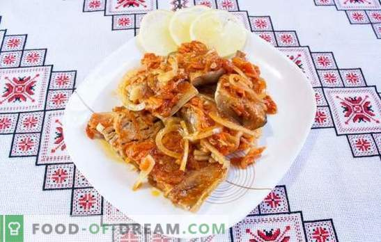 Stoofpotje met uien en wortels in potten, op een bakplaat, in een koekenpan. Gebruikelijke en ongebruikelijke recepten voor gestoofde koolvis met uien