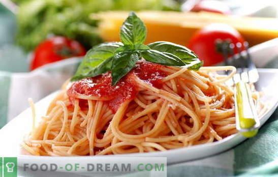 Spaghetti met tomatenpuree: koken is gemakkelijk. Spaghettirecepten met elke dag tomatensaus: met groenten, kip, gerookt