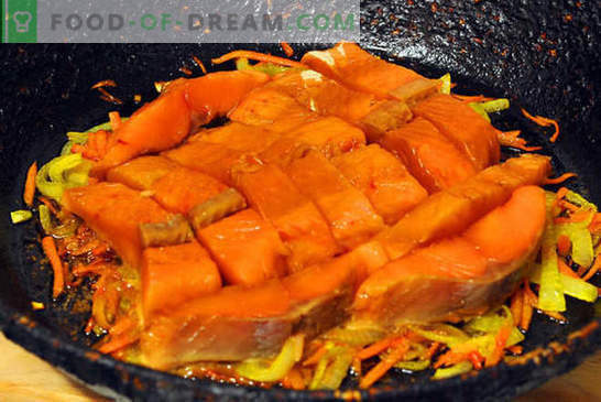 Różowy łosoś z marchewką i cebulą - to proste! Fotoreportaż krok po kroku, instrukcje gotowania różowego łososia z marchewką i cebulą