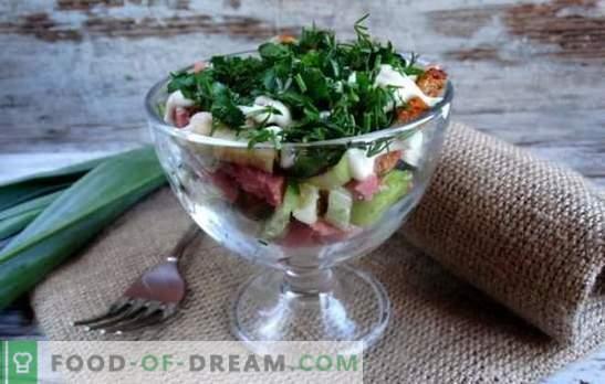 Salade met crackers en rookworst is een knapperige vakantiedecoratie. Recepten voor salades met croutons en rookworst