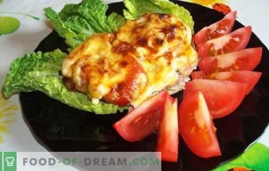 Kipkoteletten met tomaten en kaas kunnen zelfs beginners. Een eenvoudig recept voor sappige kiplokken met tomaten en kaas