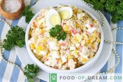Een salade met krabstokken maken